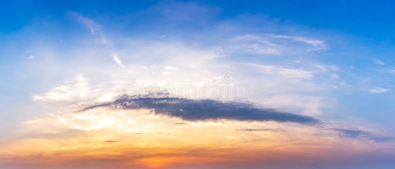 早晨天空云彩和阳光背景的全景图片 免版税库存图片