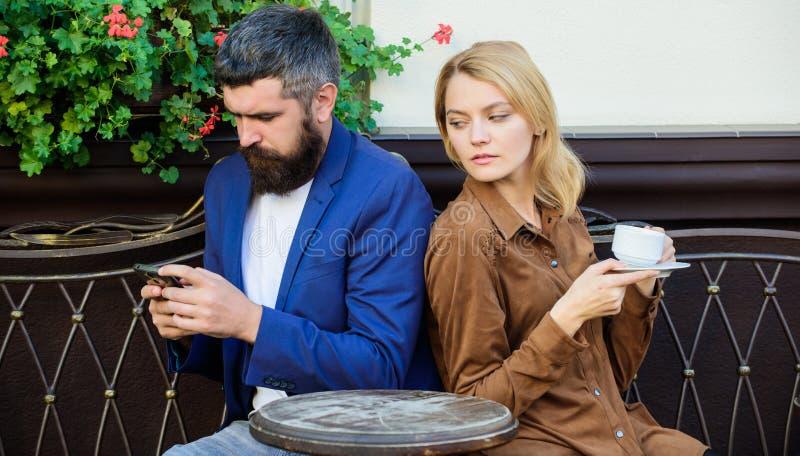 早晨开始用咖啡和互联网 r 首先女孩和人集会  夫妇 库存图片
