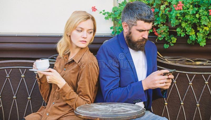 早晨开始用咖啡和互联网 r 首先女孩和人集会  ?? 库存照片