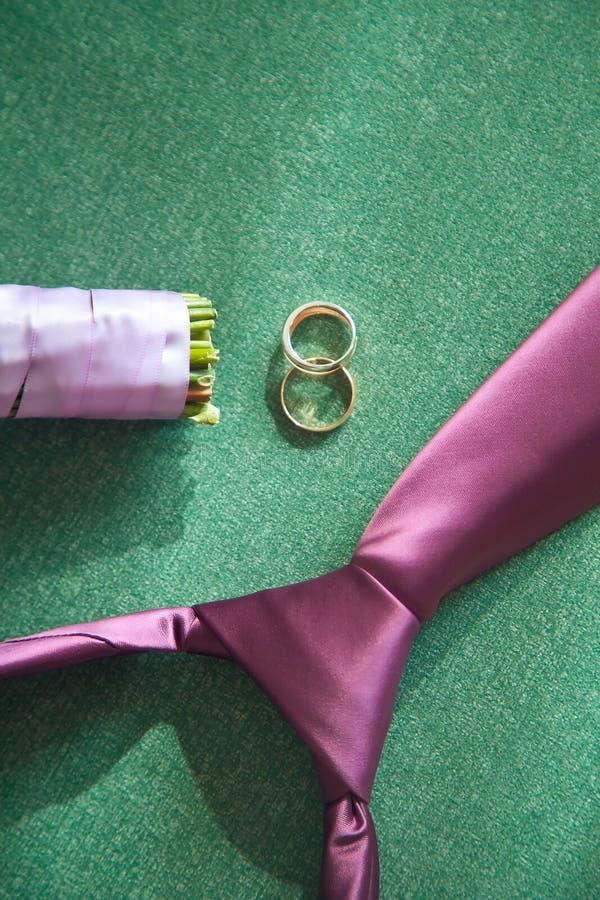 早晨新郎 婚礼辅助部件 领带穿上鞋子圆环钱包 库存图片