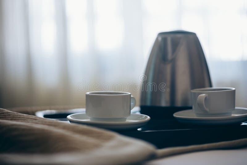 早晨早餐用无奶咖啡在卧室 免版税库存照片