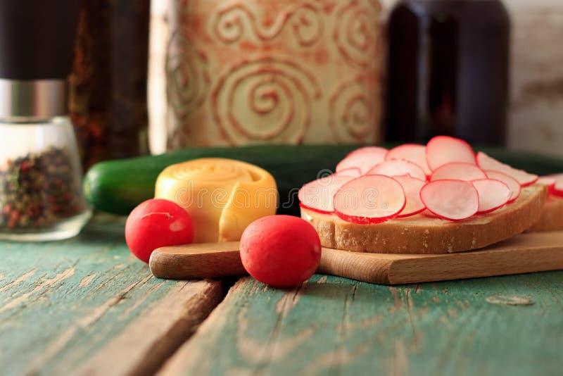 早晨早餐用萝卜、面包和乳酪 免版税库存图片
