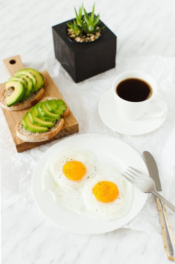 早晨早餐,桌设置 免版税库存图片