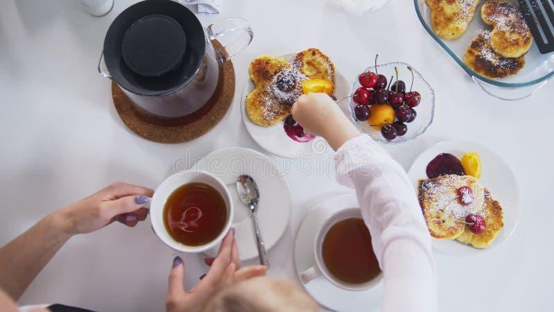 早晨早餐-与自创甜点和果子的茶 免版税库存照片