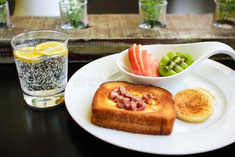 早晨早餐-在孔的鸡蛋 免版税库存图片