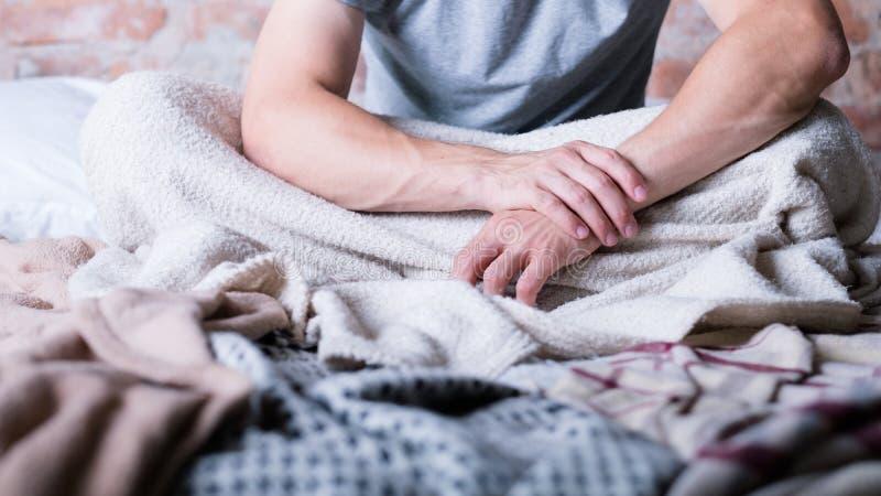 早晨时间苏醒人床重音失眠 免版税库存图片