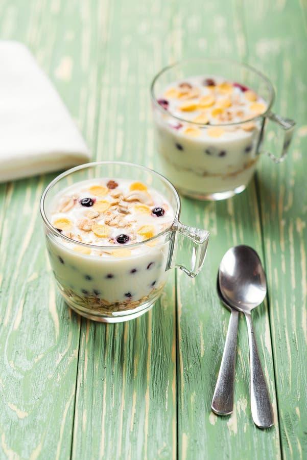 早晨格兰诺拉麦片用酸奶和莓果在木厨房用桌上 概念健康早餐 库存照片