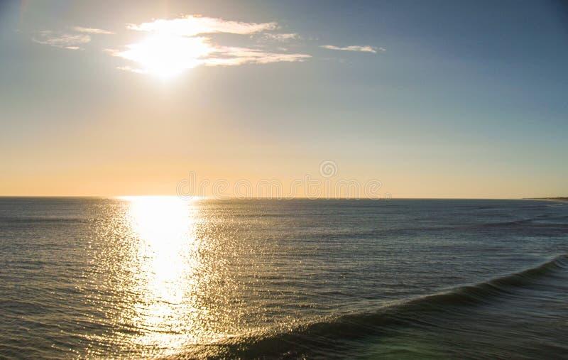 早晨海洋的太阳淡光小鹰号的 库存照片