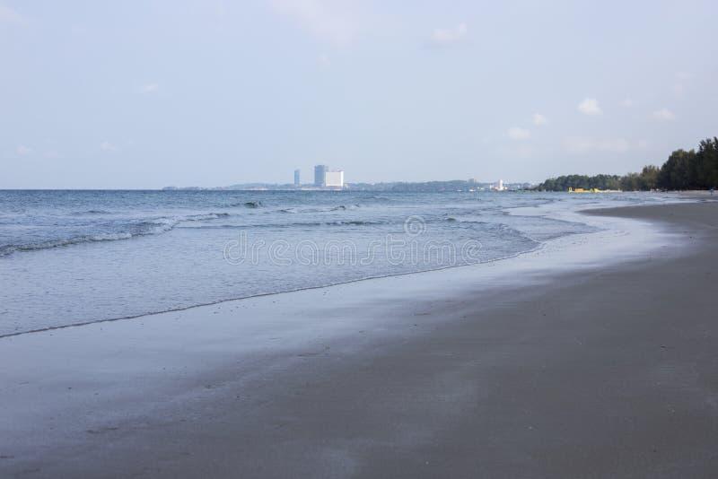 早晨海视图遥远的旅馆剪影 r 库存照片