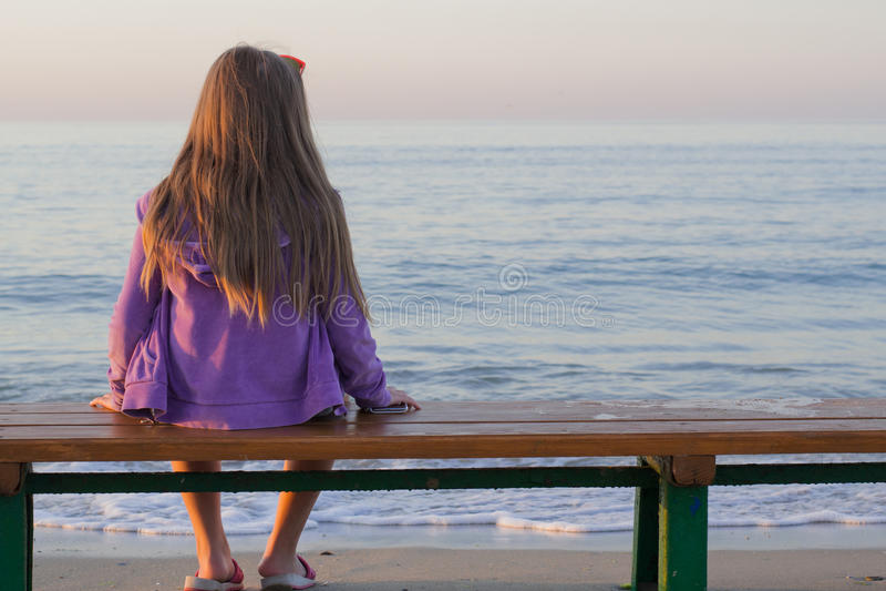 早晨海滩的女孩 库存图片