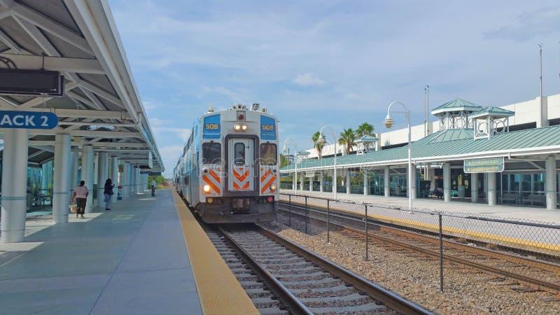 早晨火车到达平台 免版税库存图片