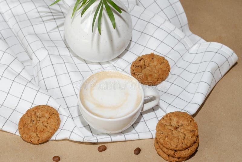 早晨热奶咖啡用麦甜饼和咖啡豆 免版税库存图片