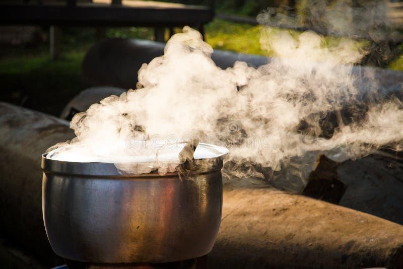 早晨煮沸一个罐开水 库存图片