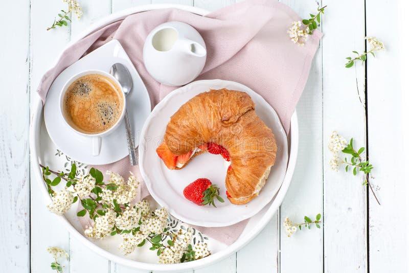 早晨背景 用早餐用咖啡和新月形面包,顶视图 轻的钥匙 库存图片