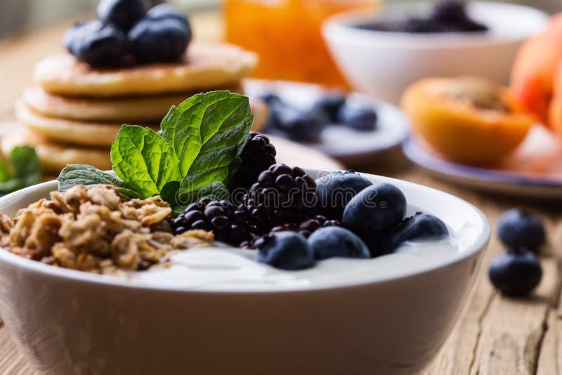 早晨膳食,自创格兰诺拉麦片用酸奶,新鲜的夏天莓果,果子 免版税库存图片