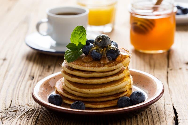 早晨膳食,自创薄煎饼,新鲜的夏天莓果 库存照片