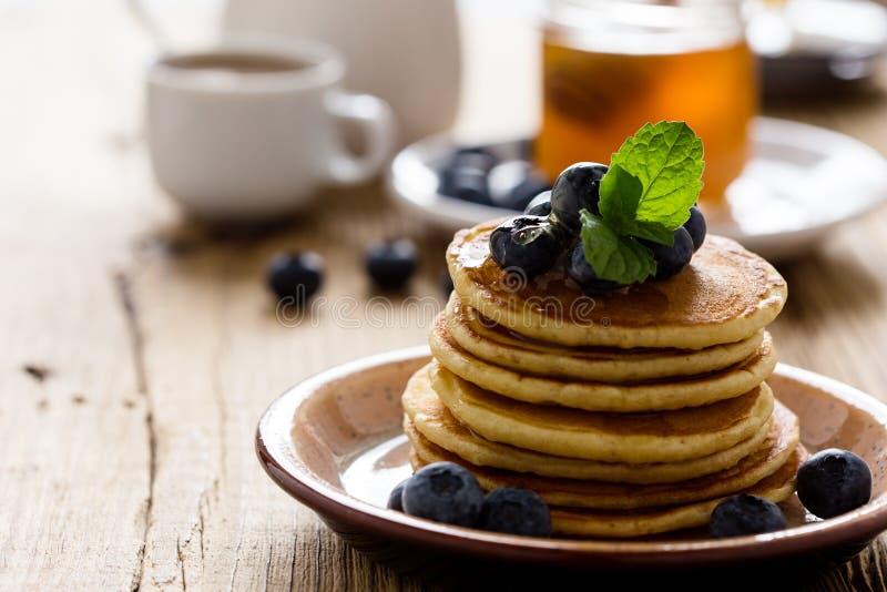 早晨膳食,自创薄煎饼,新鲜的夏天莓果 库存图片