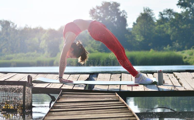 早晨舒展 做瑜伽的灵活的女孩 库存图片