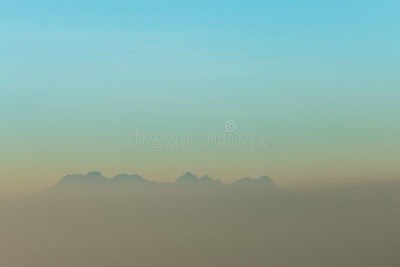 早晨薄雾和山 免版税库存图片