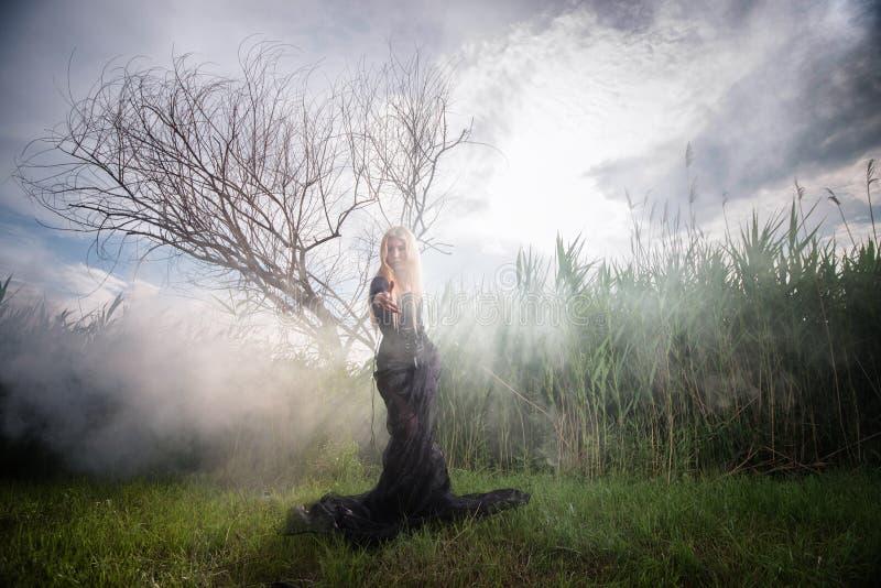 早晨薄雾的奇怪的妇女 免版税库存照片