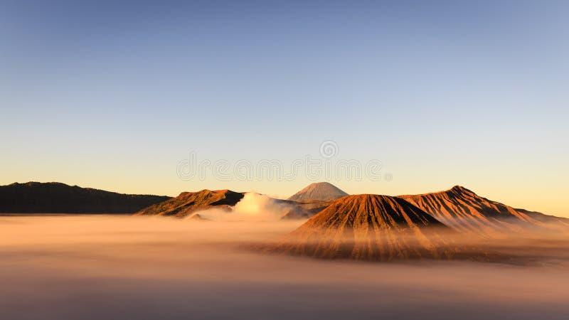 早晨薄雾的令人惊讶的布罗莫火山在日出期间 免版税库存照片