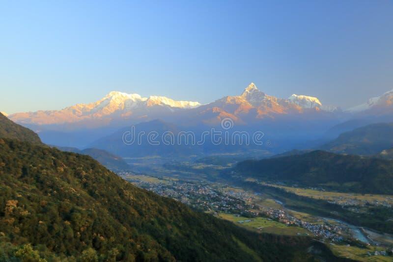 早晨视图,在安纳布尔纳峰山脉的日出从博克拉,尼泊尔 免版税库存图片