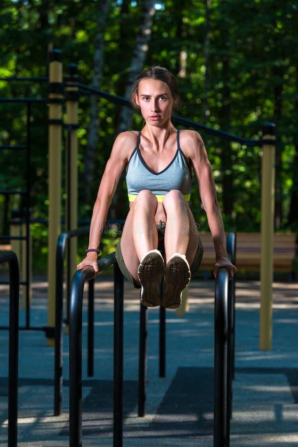 早晨训练在公园,在健身房,画象的新闻锻炼强 库存照片