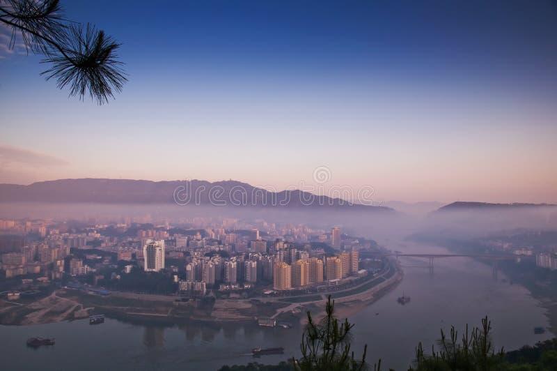 早晨雾在城市 图库摄影