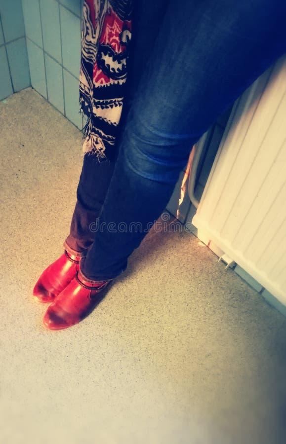 早晨鞋子在学校 库存照片