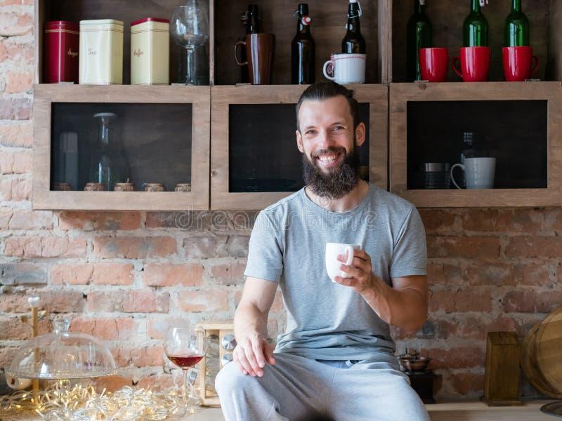 早晨饮料温暖能量幸福行家杯子 免版税库存照片