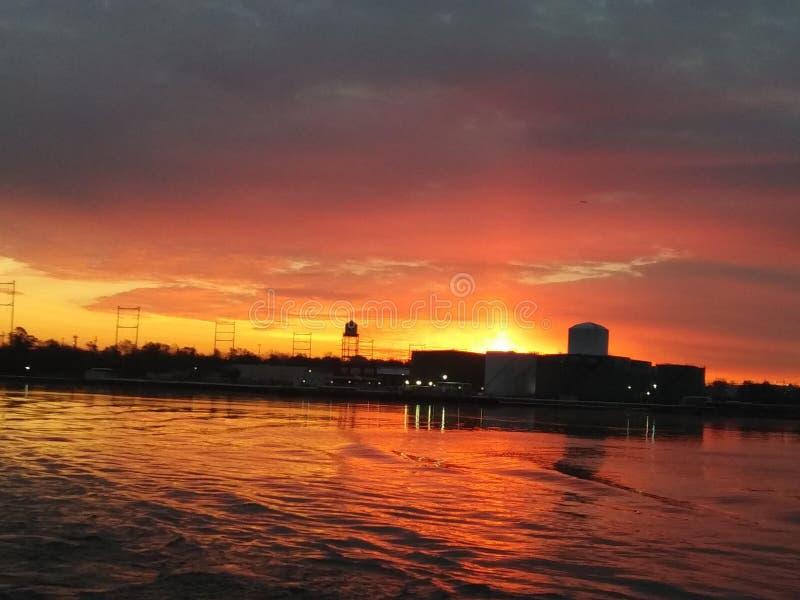 早晨,橙色的太阳在特拉华河上升起。特拉华河上清晨橙色的日出 图库摄影