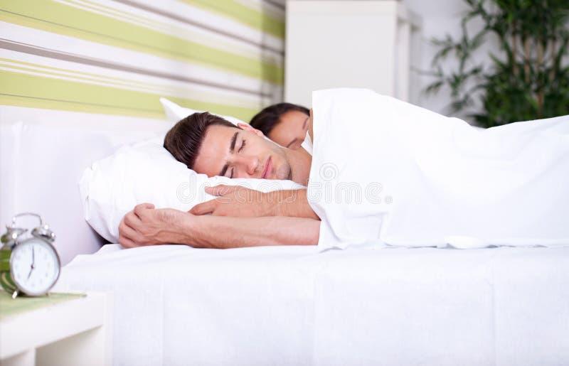 早晨,年轻夫妇在床上 免版税库存图片