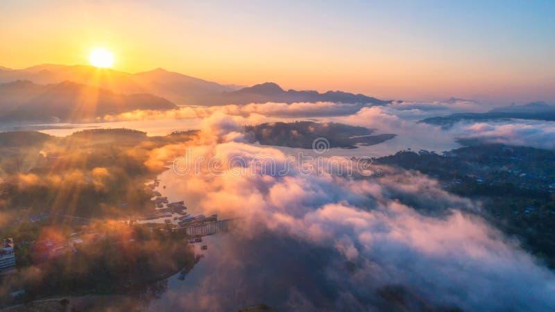 早晨轻的星期一桥梁在北碧,泰国 鸟瞰图 免版税库存图片