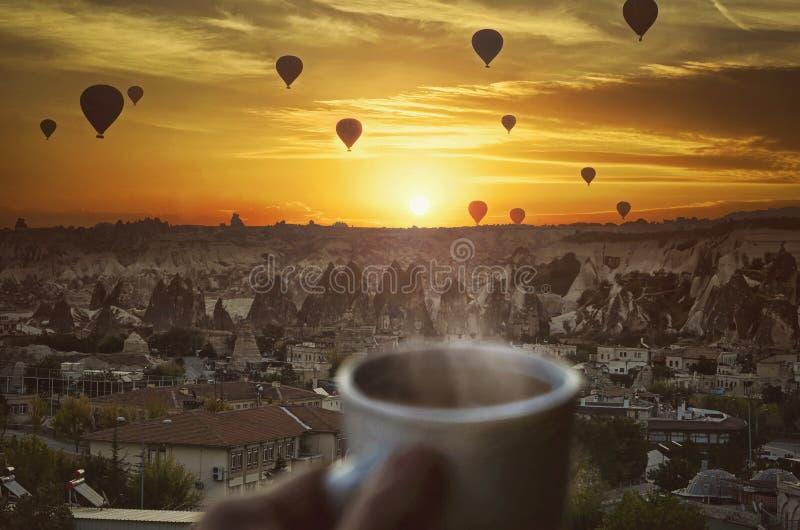 早晨coffe、热空气气球和惊人的美好的日出 库存图片