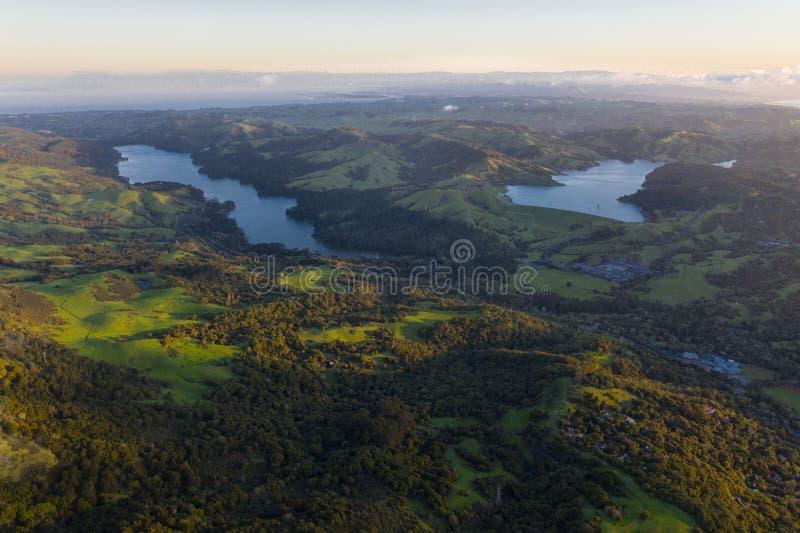 早期的光,加利福尼亚北部天线在东湾小山的 库存照片