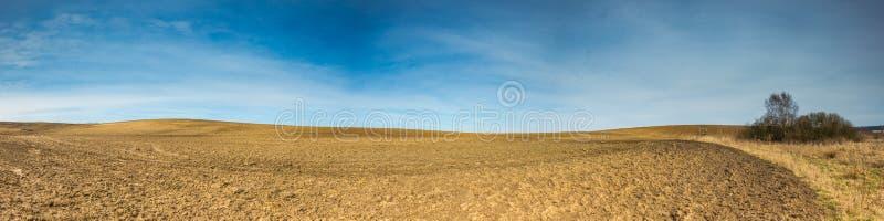 早期的春天犁了领域风景 库存照片