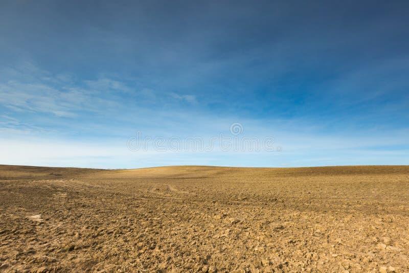 早期的春天犁了领域风景 免版税库存照片