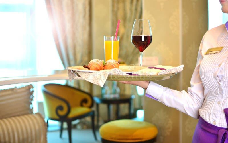 早餐交付在酒店房间 免版税库存照片