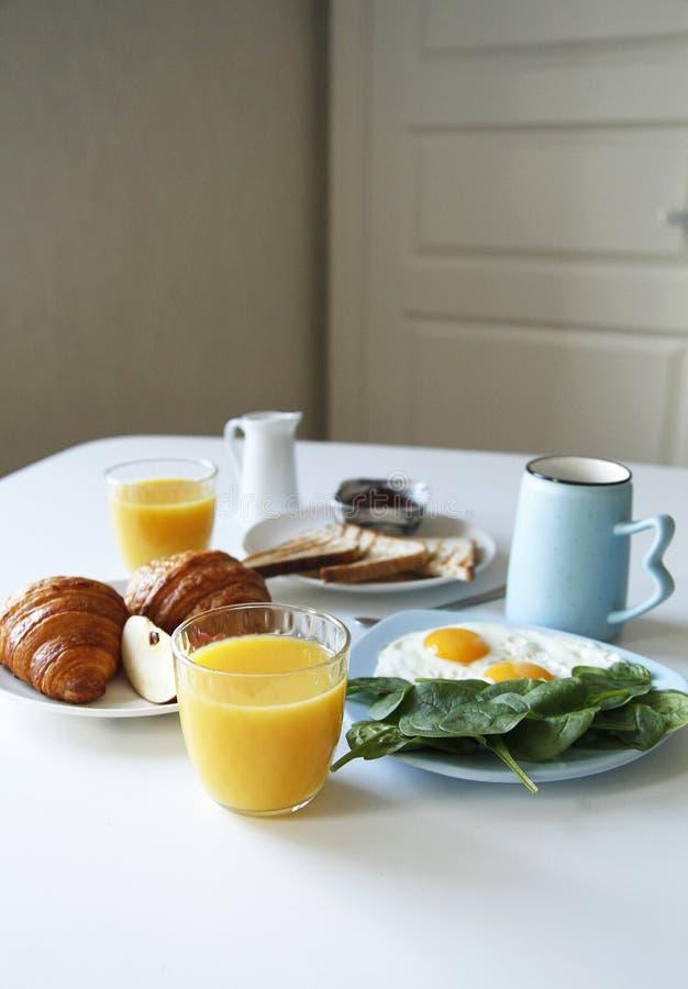 早餐侧视图 r 多士,新月形面包 免版税库存照片