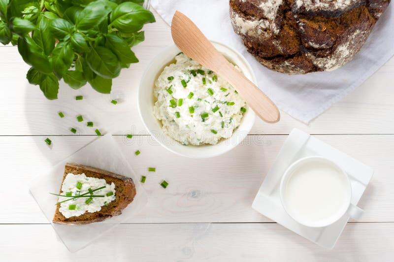 早餐包括酸奶干酪,面包 免版税库存图片