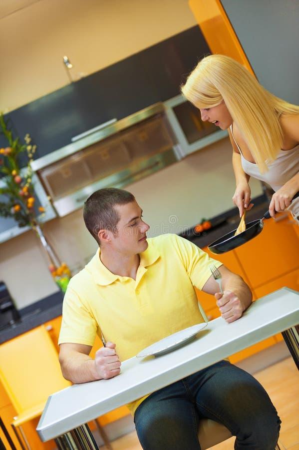 早餐厨房年轻人 免版税库存图片