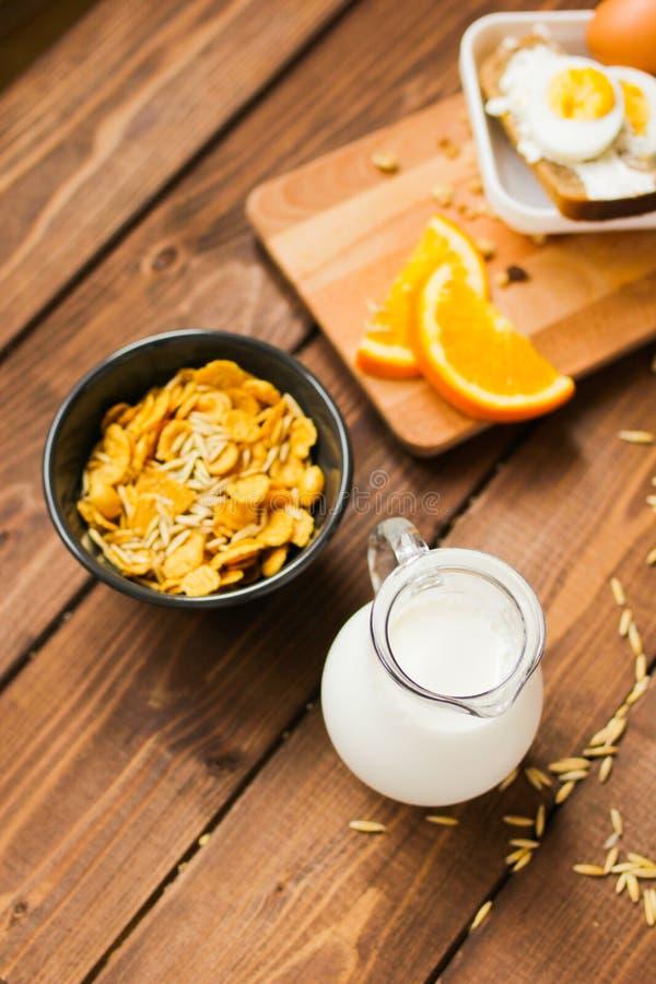 早餐和水罐的剥落牛奶顶视图 免版税图库摄影