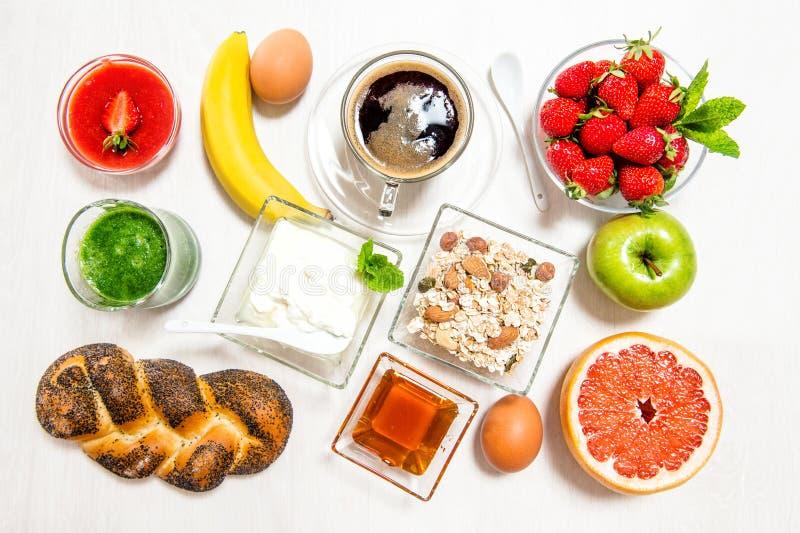 早餐咖啡新月形面包muesli新鲜的莓果 健康 免版税库存照片