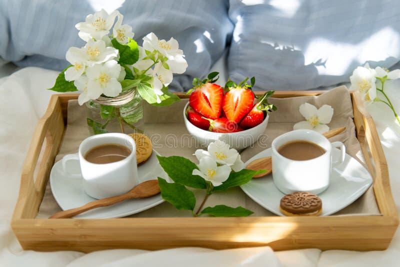 早餐在两的床上 免版税库存照片