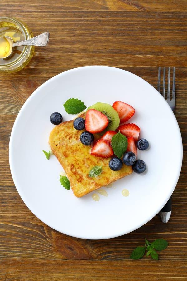 早餐多士用莓果 免版税图库摄影