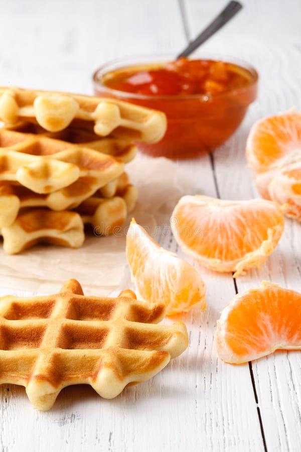 早餐或茶时间的比利时华夫饼干 免版税图库摄影