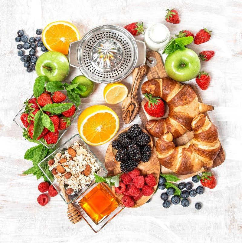 早餐新月形面包, muesli,新鲜的莓果,果子 健康foo 库存图片