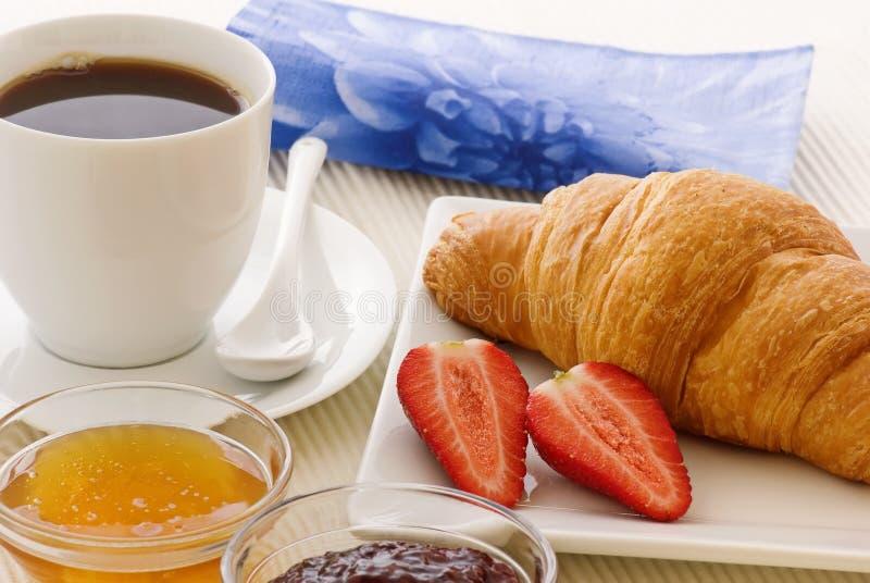 早餐新月形面包 免版税库存照片