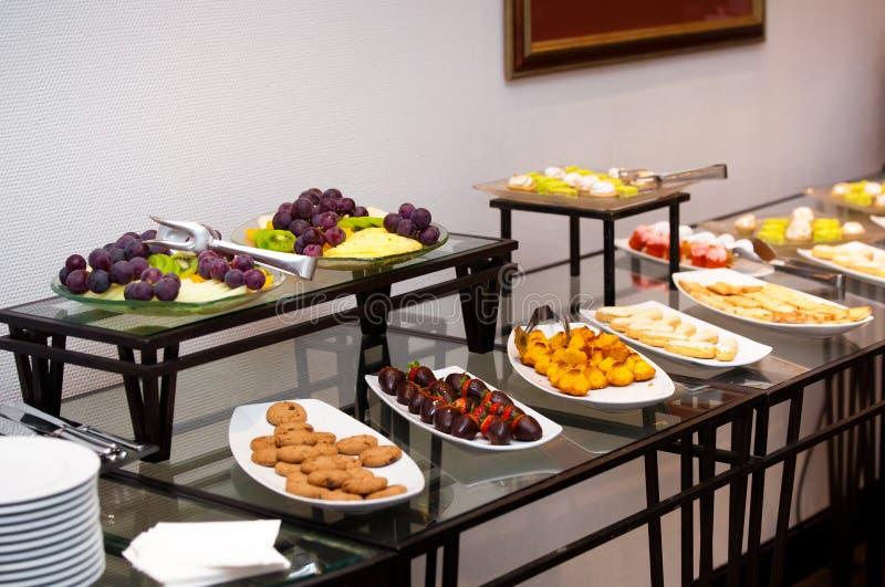 早餐旅馆 在表的果子 免版税库存照片