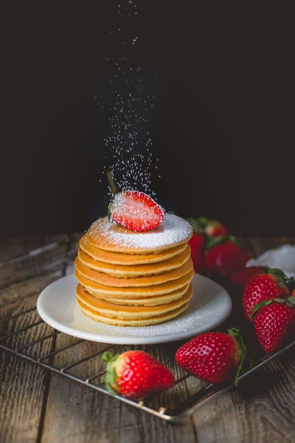 早餐时间用在堆的新鲜的草莓薄煎饼Sprinkl 免版税库存图片